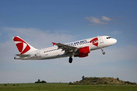 PRAG, TSCHECHISCHE REPUBLIK - 13. MAI: CSA - Czech Airlines Airbus A319-112 hebt vom PRG Flughafen am 13. Mai 2015 ab. CSA ist die nationale Fluglinie der Tschechischen Republik. Standard-Bild - 42696753