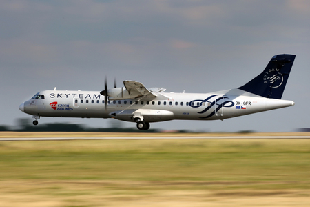 PRAG, Tschechische Republik - 31. Juli: SkyTeam (CSA - Czech Airlines) ATR-72-212A landet auf PRG Flughafen am 31. Juli 2015 SkyTeam ist eine am 22. Juni 2000 gegründet Airline-Allianz. Standard-Bild - 51901292