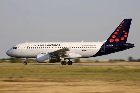 PRAG, Tschechische Republik - 31. Juli: Brussels Airlines Airbus A319-111 landet auf PRG Flughafen am 31. Juli 2015 Brussels Airlines ist die nationale Fluggesellschaft und die größte Fluggesellschaft Belgiens. Standard-Bild - 51901542