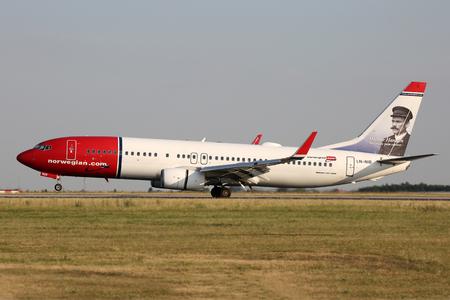 PRAG, Tschechische Republik - 31. Juli: Norwegian Air Shuttle Boeing 737-86J landet auf PRG Flughafen am 31. Juli 2015 Norwegian Air Shuttle ist die drittgrößte Low-Cost-Carrier in Europa. Standard-Bild - 51901545