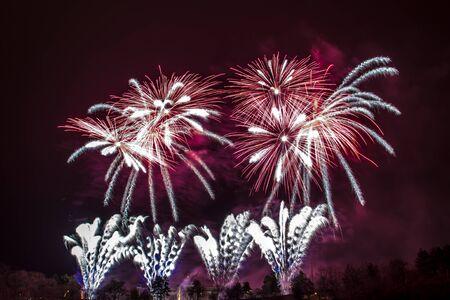 Silvester - Bunte Feuerwerk auf dem schwarzen Hintergrund Standard-Bild - 48482984