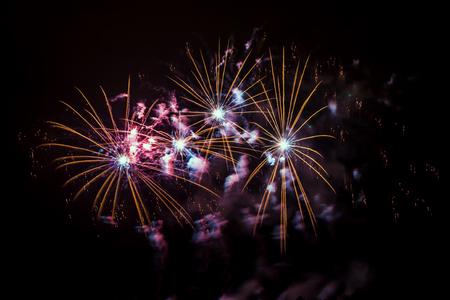 Silvester - Bunte Feuerwerk auf dem schwarzen Hintergrund Standard-Bild - 48482988