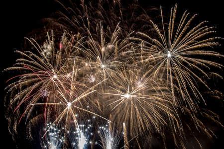 Silvester - Bunte Feuerwerk auf dem schwarzen Hintergrund Standard-Bild - 48482990