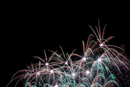 Silvester - Bunte Feuerwerk auf dem schwarzen Hintergrund Standard-Bild - 48482991
