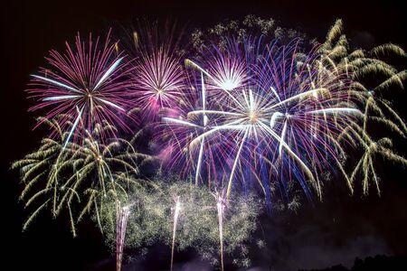 Silvester - Bunte Feuerwerk auf dem schwarzen Hintergrund Standard-Bild - 48482992