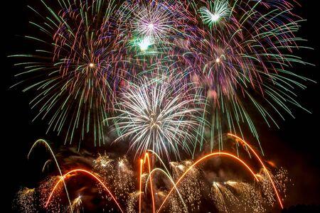 Silvester - Bunte Feuerwerk auf dem schwarzen Hintergrund Standard-Bild - 48482994