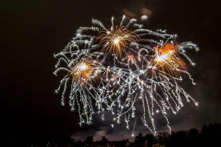 Silvester - Bunte Feuerwerk auf dem schwarzen Hintergrund Standard-Bild - 48483003