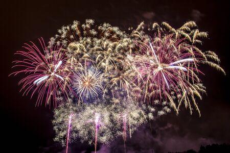 Silvester - Bunte Feuerwerk auf dem schwarzen Hintergrund Standard-Bild - 48483002