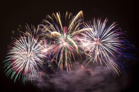Silvester - Bunte Feuerwerk auf dem schwarzen Hintergrund Standard-Bild - 48483006