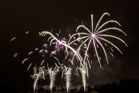 Silvester - Bunte Feuerwerk auf dem schwarzen Hintergrund Standard-Bild - 48483119