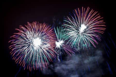 Silvester - Bunte Feuerwerk auf dem schwarzen Hintergrund Standard-Bild - 48483012
