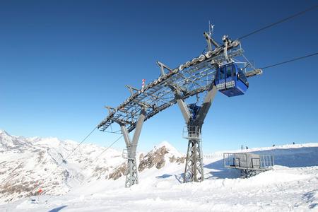 Gondelbahn in den österreichischen Alpen mit schönen blauen Himmel Standard-Bild - 49555574