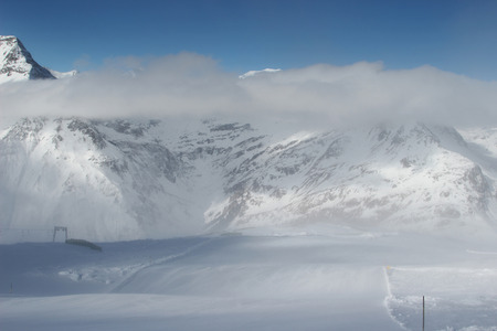 Schöne Landschaft präparierte Pisten, schneebedeckten Gipfeln der österreichischen Alpen im Hintergrund Standard-Bild - 49555664