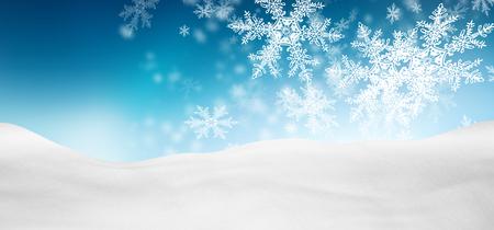 Abstrakt Azure Blue Background Panorama-Winterlandschaft mit fallendem Filigree Schneeflocken. Schneebedeckten Boden mit frischem Schnee. Holiday Season Hintergrund Vorlage.