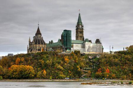 heuvel Ottawa Parlement met herfstkleuren Stockfoto
