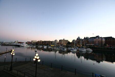 Jachthaven bij Victoria BC in de voorkant van het parlementsgebouw Stockfoto