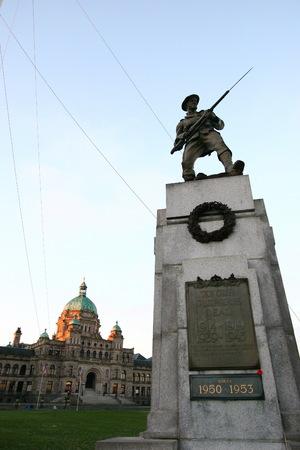 gebouw BC Parlement in Victoria met uitzicht op het monument