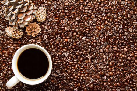ホリデイ ・松ぼっくりとコーヒーのコーヒー豆カップ 写真素材