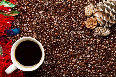コーヒー豆 w コーヒー カップ クリスマス フレームの枠線します。 写真素材