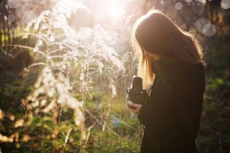 schittering: Fotograaf buiten onder de zon schittering Stockfoto