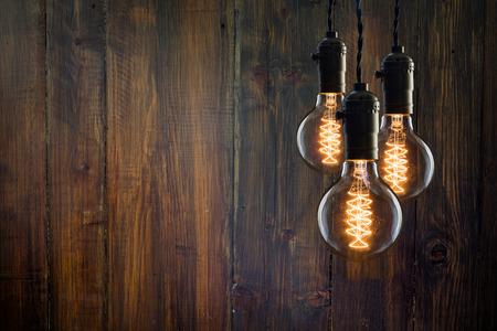 ビンテージ: 木製の壁にビンテージの白熱エジソン型電球