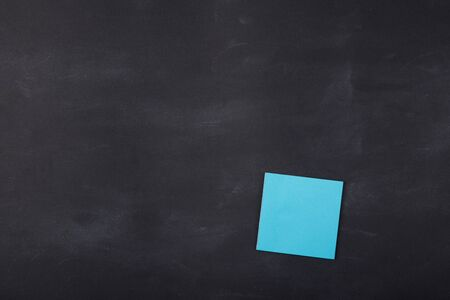 Colorful sticky note on the blank blackboard Banque d'images