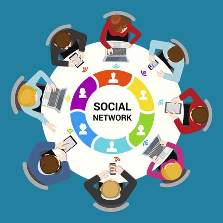 Soziale Netzwerk-Nutzungskonzept. Round Bürotisch Draufsicht Business-Flachbahn-Konzept Infografik Vektor. Mitarbeiter rund um Tisch Social-Media-Laptop Tablet-Smartphone. Kreative Menschen Kollektion.