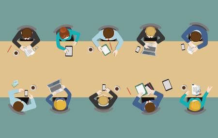 Bürotisch Draufsicht Geschäftsflachbahn Infografik Konzept Vektor. Mitarbeiter rund um Tisch arbeiten Tablet Laptop leer Hintergrund. Brainstorming Bericht Planung. Kreative Menschen Kollektion.