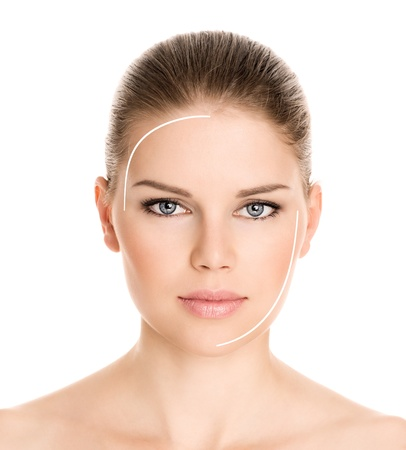 Procedimiento de rejuvenecimiento de la cara hermosa mujer s, aislado en un fondo blanco