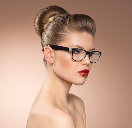 mulher: Senhora Strict estilo vintage, com batom vermelho usando  Imagens