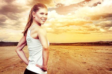female jogger: Corredora activa el calentamiento para el marat�n.