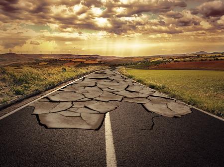 empezar: Carretera de asfalto con grietas. Concepto de problema y la solución.