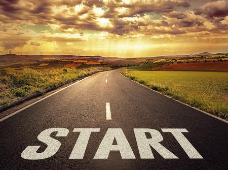 Concept van de weg naar een succesvolle toekomst. Mooi landschap van rechte weg bij de zonsondergang. Stockfoto