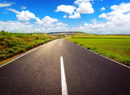 empezar: Concepto del camino recto hacia el éxito. Carretera de asfalto sobre fondo de cielo azul.