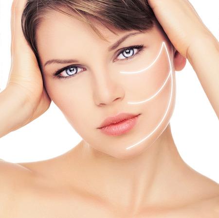 얼굴 관리 및 치료. 그녀의 얼굴에 레이저 선 아름 다운 여성의 초상화를 확대합니다. 완벽한 건강한 피부를 가진 젊은 매력적인 백인 여자.