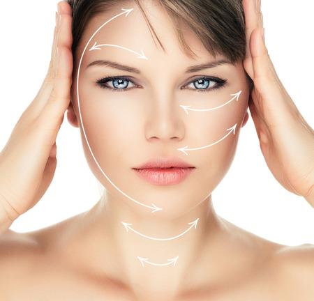 gezicht: Lasertherapie op mooie vrouw gezicht over witte achtergrond. Jonge aantrekkelijke blanke vrouw klaar voor cosmetische operatie.