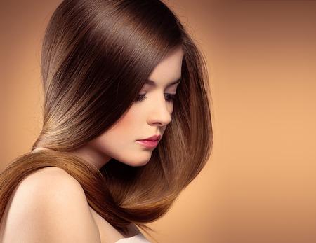 lange haare: Zarte Frau mit perfekten gl�nzenden langen Haar posiert im Studio. Portrait der jungen sch�nen weiblichen Modell mit professionellen Make-up und Frisur.