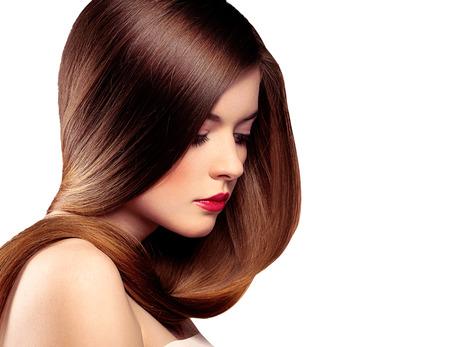 cabello lacio: Retrato de la belleza de la bella modelo con el pelo largo sano recta aislados sobre fondo blanco.