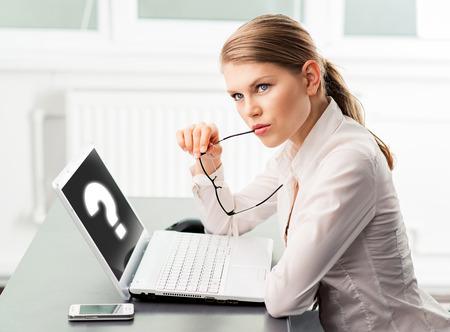 personen: Geconcentreerde zakenvrouw vinden probleem oplossing zitten in het kantoor. Jonge vrouwelijke projectmanager op zoek antwoord voor vraag.