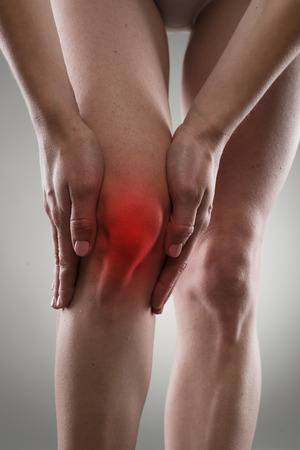 artrosis: La osteoartritis. Herida de rodilla. Fractura ósea. Mujer que tiene problemas esguince, sosteniendo su pierna dolorosa.