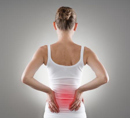 Loin spasme. Jeune femme avec douleur dorsale. Spine inflammation, la douleur et la thérapie. Banque d'images