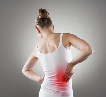 Jeune femme ayant des douleurs nerveuses. Maladie des reins chronique indiqué avec une tache rouge sur le corps de la femme.