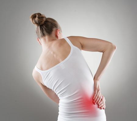 la maladie du pancréas. Jeune femme souffrant de douleurs au foie.