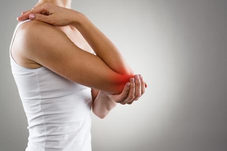 pena: Mujer que sufre de reumatismo articular crónico. El dolor de codo y concepto de tratamiento.