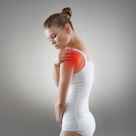 epaule douleur: Jeune femme à avoir des douleurs dans l'épaule. Maladie commune ou d'un concept de traitement des fractures.