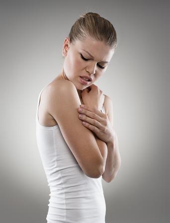 piel: Problema de la malaria. Chica joven que tiene comez�n en la piel del brazo. Dermatolog�a, cuidado de la piel, tratamiento de la alergia.