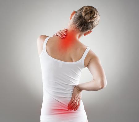 dolor muscular: Spine osteoporosis. La escoliosis. Problemas de la médula espinal en la espalda de la mujer.