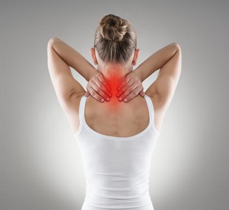 負傷した首。脊椎の病で苦しんでいる若い女性。炎症、痛み、および治療。