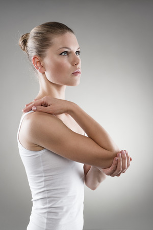 dislocation: Mujer joven con el codo lesionado. Tratamiento Esguince o concepto de terapia. Foto de archivo