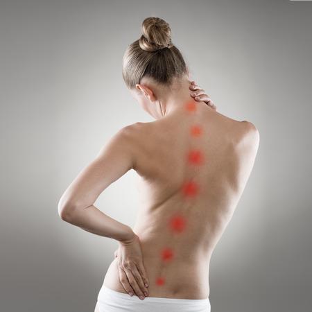 osteoporosis: Reflexología. Tratamiento Back. Mujer con dolor de columna vertebral. Atención de la salud y la medicina.